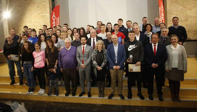 Premiados y autoridades, en la foto de familia tras el acto que tuvo lugar en la residencia Camplus, este jueves en Pamplona.