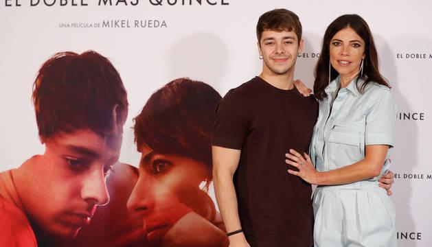 Foto de Maribel Verdú y Germán Alcarazu posan durante la presentación de la película 'El doble más quince' en Madrid.