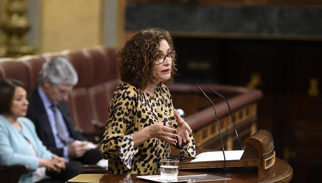 Foto de la ministra de Hacienda y portavoz del Gobierno, María Jesús Montero, interviene en la sesión plenaria de este jueves.