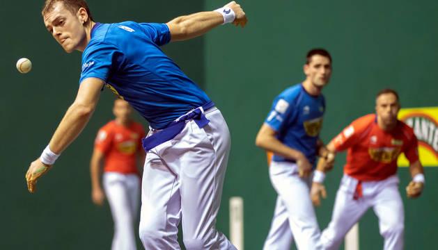 foto de El delantero navarro Unai Laso, junto a Albisu,  afronta este próximo domingo un duelo crucial en sus opciones por entrar en las semifinales.