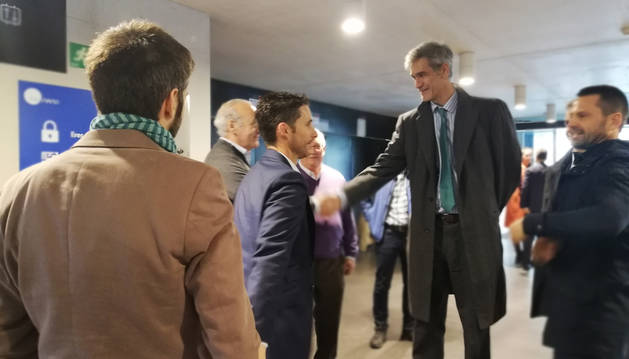 Foto de Antonio Martín saludando a Eduardo Azanza en presencia de Esteban Morrás.