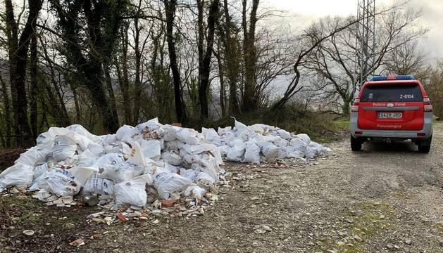 Imagen de los sacos con RCD,s (Residuos de Construcción y Demolición)  descargados por un vehículo en el paraje de Olazagutia.