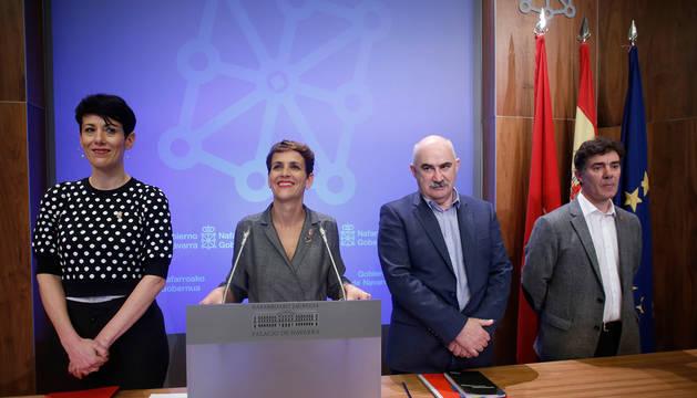 De izda. a dcha., Elma Saiz, consejera de Hacienda; María Chivite, presidenta del Gobierno de Navarra, José Maria Aierdi, consejero de Vivienda; y Eduardo Santos, consejero de Justicia.