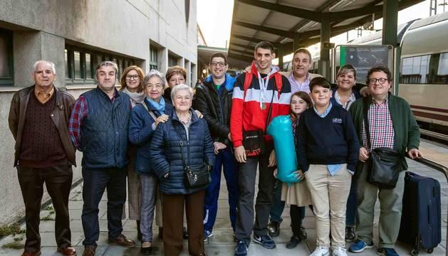 Familiares y amigos recibieron ayer en la estación del tren a Rubén Pascual Cortés en su regreso de Polonia.