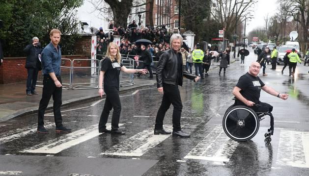 foto de El príncipe Enrique y Jon Bon Jovi posan para una foto en el mítico paso de cebra de Abbey Road con fines caritativos