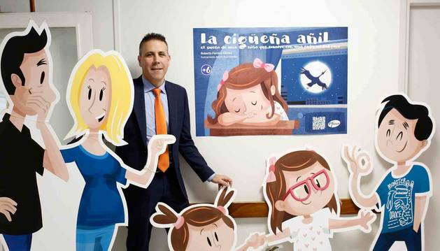 Roberto Ferrero Gómez, ayer por la mañana con los muñecos que representan a su familia, junto a la exposición 'La cigüeña añil' del Complejo Hospitalario de Navarra, en Pamplona.