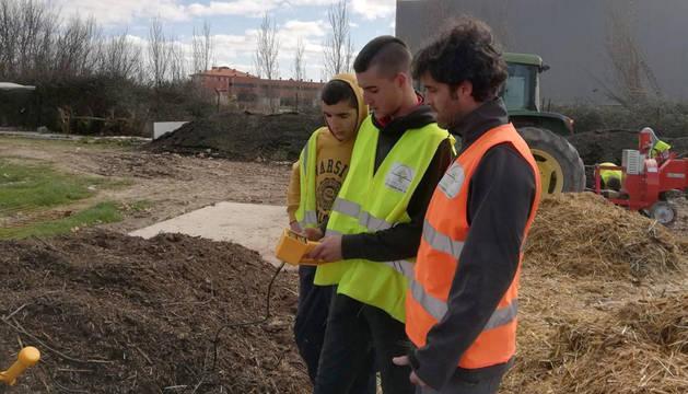 foto de Profesores y alumnos del centro se encargan de la gestión de la planta de compostaje.