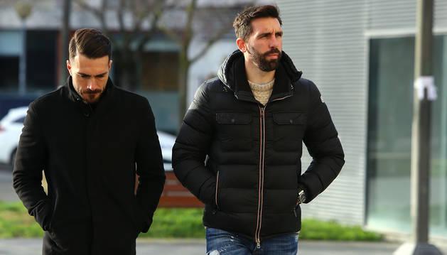 foto de Jordi Figueras, a la derecha, entra al Palacio de Justicia acompañado por Xavi Torres en la última sesión del juicio.