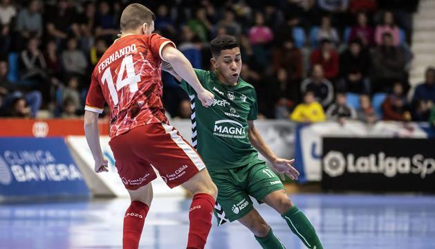 El jugador de Osasuna Magna Bynho trata de marcharse de Fernando de ElPozo Murcia.