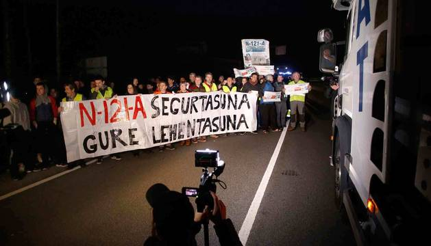 Cabeza de la manifestación, con la pancarta portada por los alcaldes, que recorrió uno de los carriles de la N-121-A.