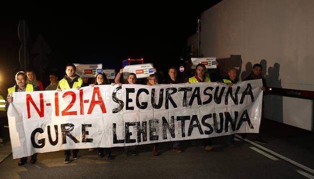 La cabecera de la marcha se cruza con camiones durante el acto de protesta en Bera.