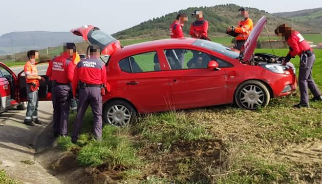 Agentes de la Policía Foral de Navarra junto al vehículo tras sufrir la salida de vía en Tajonar.