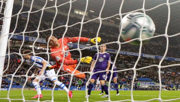 El meta del Valladolid, Jordi Masip, observa cómo el balón entra en su portería tras el remate de Adnan Januzaj.