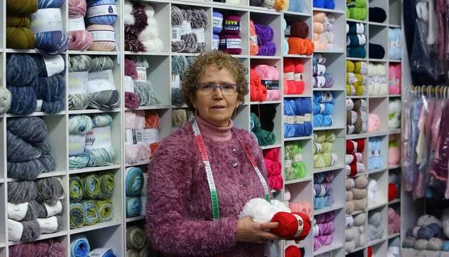 Ana Ventura en su tienda de lanas de la calle Monasterio de Irache de Pamplona.