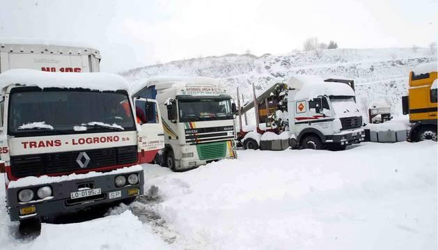 Camiones bloqueados en Pagozelai durante las nevadas de febrero de 2004.