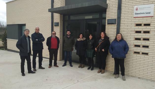 Foto de representantes municipales de Beire y Pitillas, de Mairaga y del Gobierno foral en la inauguración del nuevo vial de acceso al consultorio de Beire.