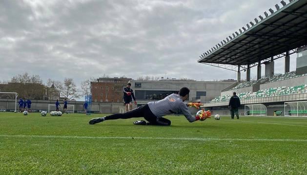 Foto de Richard Sanzol golpea el balón y Sergio Herrera se lanza a blocarlo. Osasuna se ejercitó ayer en las Instalaciones del Real Betis, la Ciudad Deportiva Luis del Sol.