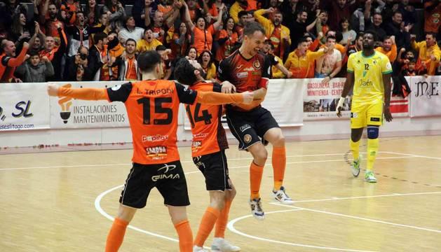 Trípodi, Lucas y David celebran el segundo gol del capitán naranja, que ayer anotó un doblete