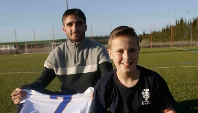 Con la misma pasión por el fútbol e igual condición de bisiestos, Ibai Arroki García (20 años) y Pablo Romero Erburu (12).