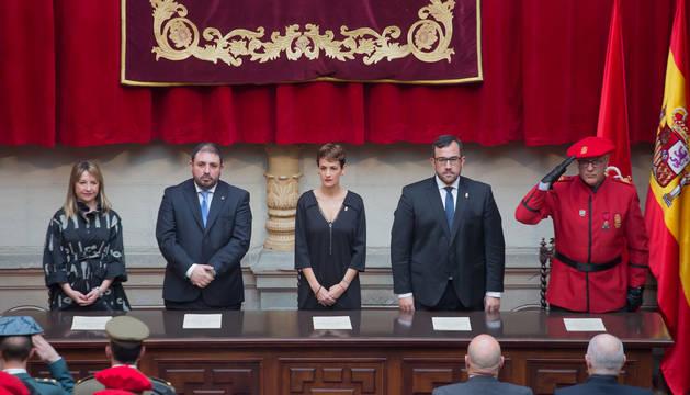 De izquierda a derecha, M. Amparo López Antelo (directora gral. de Interior),Unai Hualde (pte. del Palamento), la presidenta Chivite, el consejero Javier Remírez y el jefe de la Policía Foral Juan Carlos Zapico.