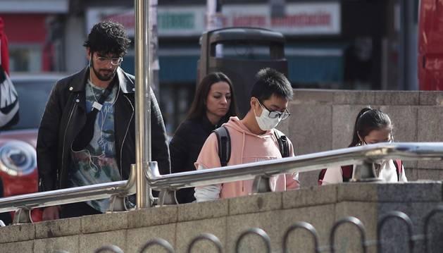Foto de un joven entra en el metro del distrito madrileño de Usera.