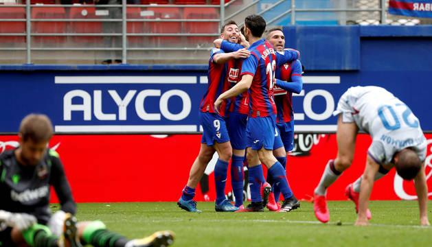 El Eibar pisa fuerte el escalón de la permanencia tras ganar al Levante