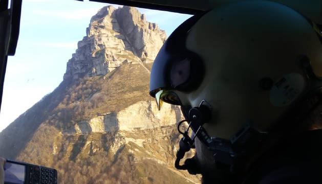 Fotografía de archivo del monte Beriain tomada desde un helicóptero con la brecha Ihurbain en primer término.