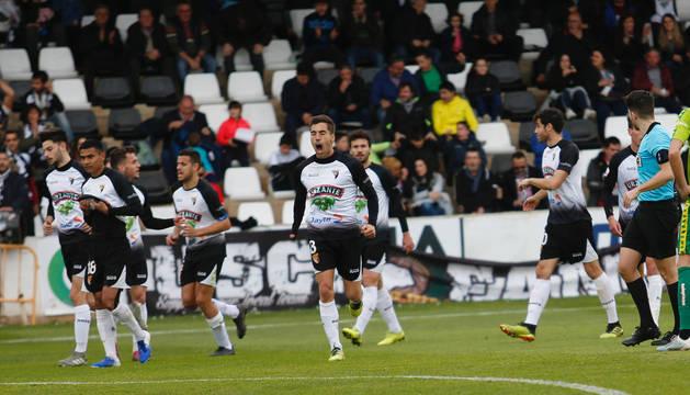 Foto de Álex Sánchez celebrando con rabia uno de los tres goles del Tudelano al Unionistas de Salamanca.