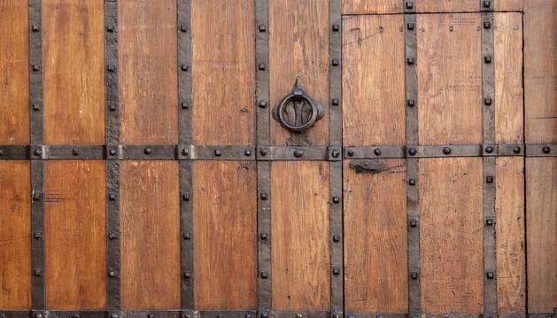 Foto de la puerta de entrada a un convento navarro.