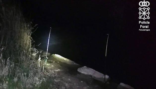 El arrestado pescaba anguilas de noche, sin licencia de pesca, con 5 cañas y bajo el efecto de las drogas.