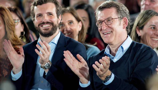 El presidente del PP, Pablo Casado (i) y el presidente del PPdeG y candidato a la reelección, Alberto Núñez Feijóo, en Ourense.