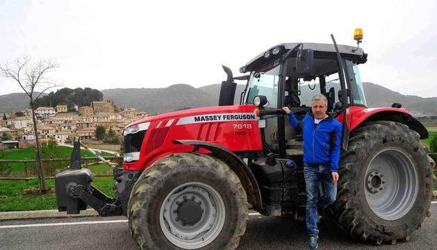 El presidente del sindicato UAGN, Félix Bariáin Zaratiegui, con su tractor. Al fondo, su pueblo, Eslava.
