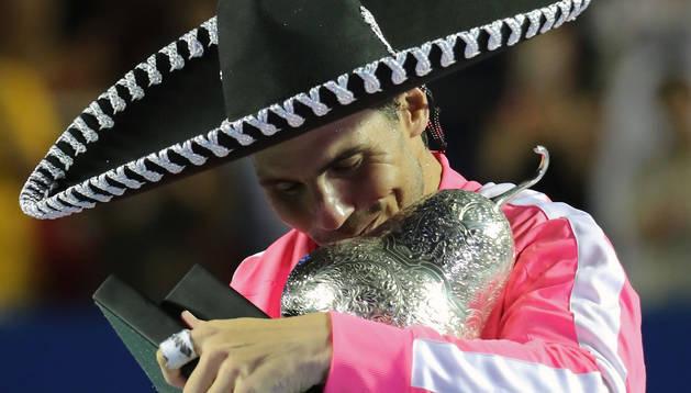 El español Rafael Nadal celebra la victoria sobre el estadounidense Taylor Fritz en la final del Abierto de Tenis de Acapulco.