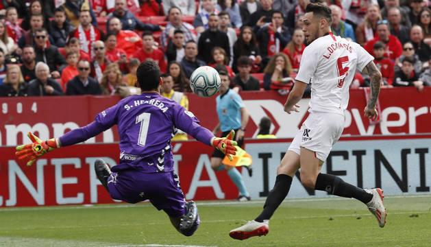 Ocampos dispara por encima de Sergio Herrera.