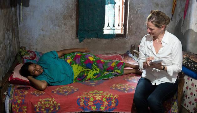 Fotografía facilitada por la periodista estadounidente Dana Thomas (d) entrevistando a una superviviente del colapso del complejo Rana Plaza, en Bangladés.