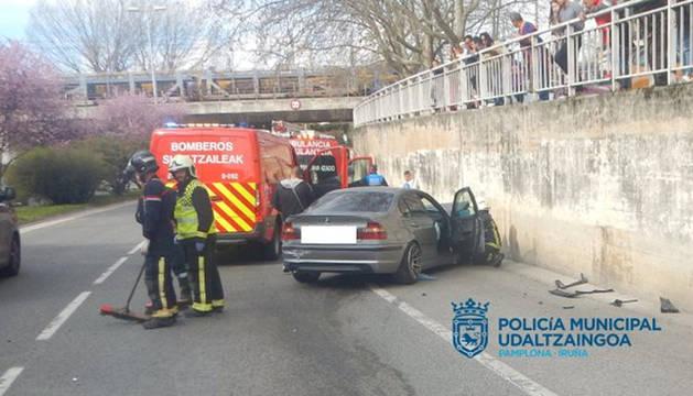 Estado en el que quedó el automóvil de la avenida Navarra tras colisionar contra el muro de hormigón de la parte derecha.