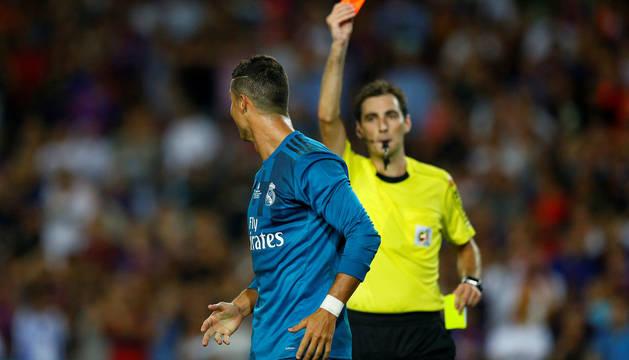 De Burgos Bengoetxea, en un partido de 2017, expulsa a Cristiano Ronaldo.