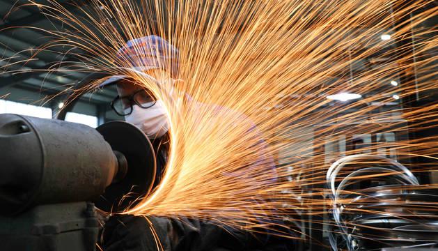 Un trabajador, en una factoría en Hangzhou, en la provincia china de Zhejiang.