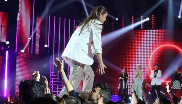 foto de Eva cruzando la pasarela en la gala 6 de Operación Triunfo y chocando las manos con el público