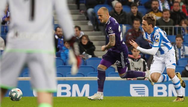 Nacho Monreal trata de frenar el avance de Sandro durante el choque de la Real contra el Valladolid en el Reale Arena.