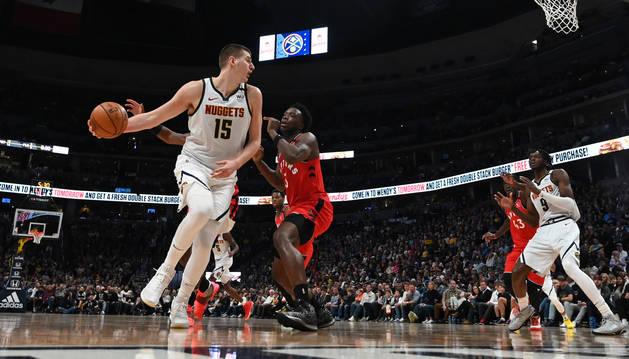 El jugador de Denver Nuggets, Nikola Jokic, conduce el balón durante el partido contra Toronto Raptors.