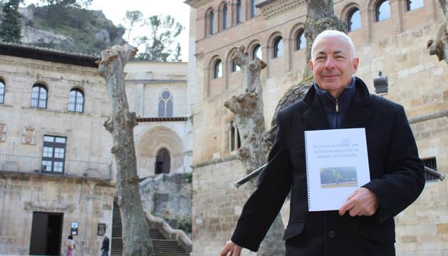 Esteban Ugarte Álvarez posa con su publicación en la plaza San Martín de Estella.