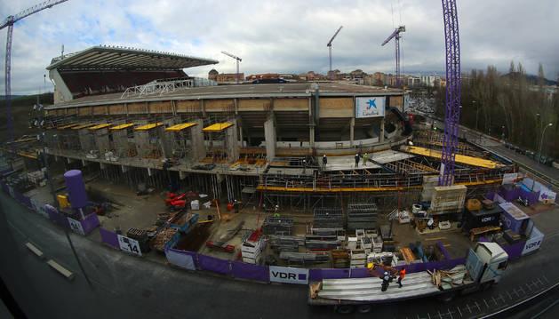 Las obras del estadio de El Sadar vistas desde una de las terrazas del pabellón Navarra Arena. El fondo norte luce la nueva estructura exterior del Muro Rojo sobre la que crecerá el anillo superior, quitando las cubiertas actuales, a partir de mayo.
