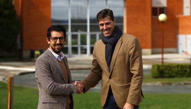 Rodrigo Domínguez y Raúl Chapado, este martes en el campus de la Universidad de Navarra, junto al polideportivo.