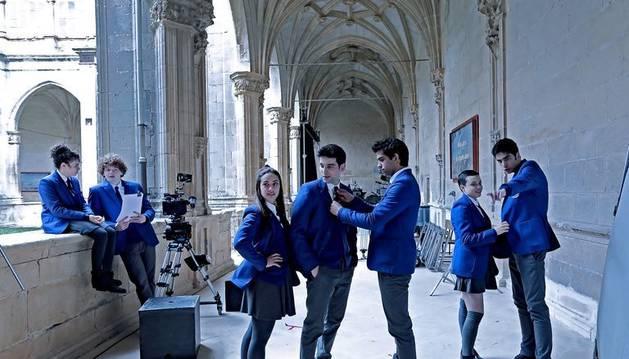 foto de Los actores protagonistas de la serie 'El Internado Las Cumbres', rodando en el Monasterio de Irache