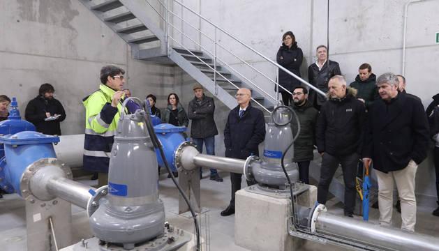 Las autoridades atienden las explicaciones del técnico durante la inauguración de las instalaciones en Arazuri.