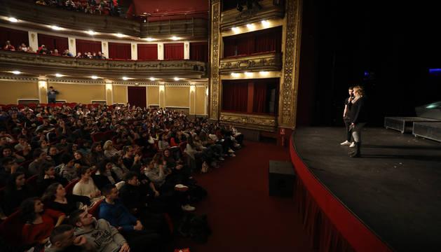 La consejera Ollo se dirige a los escolares durante la sesión en el Teatro Gayarre.