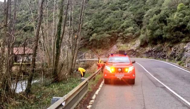 Bomberos forestales del parque de Auritz intervienen en la carretera NA-1300.