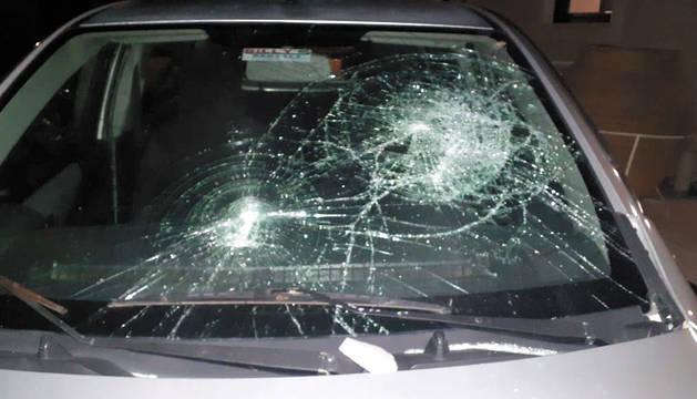 Los atacantes destrozaron las lunas de los dos vehículos alquilados por Zaporeak.