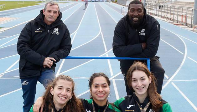 Foto de Francis Hernández y François Beoringyan, en Larrabide con sus atletas, de izda. a dcha., Nerea Bermejo, Laila Lacuey y Miren Bartolomé.